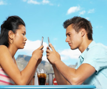 couple-texting_date